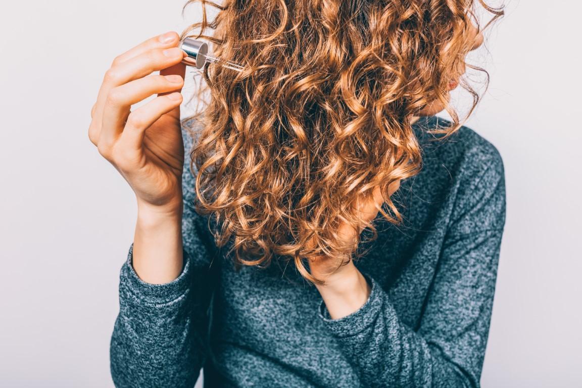 application de la glycérine sur des cheveux bouclés