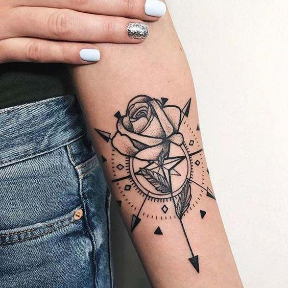 tatouage avant-bras femme boussole